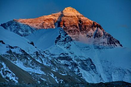 Everest Tepesi Güneş Aydınlatıyor