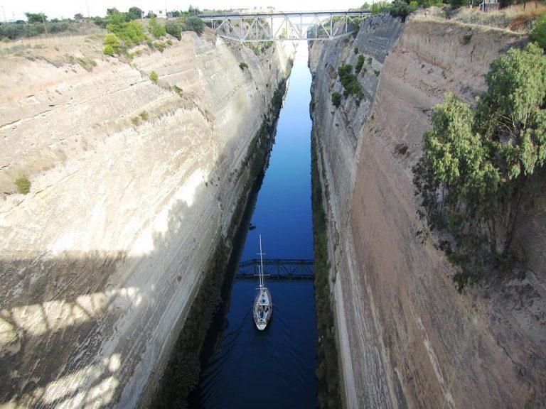 İki denizi bağlayan kanal: Korint Kanalı Yunanistan